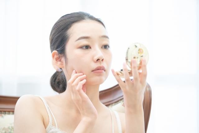 スキンケア鏡を見る女性
