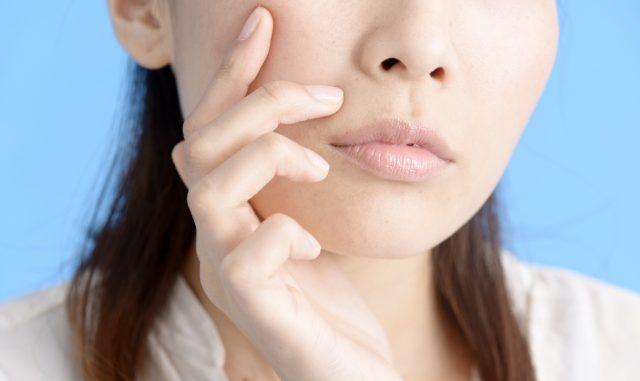 顔の産毛を気にする女性